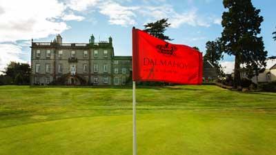 Dalmahoys röda flagga blåser i vinden framför golf resort Dalmahoy Hotel & Country Club. Skräddarsy ditt golfpaket för golfweekend i Edinburgh, Skottland.