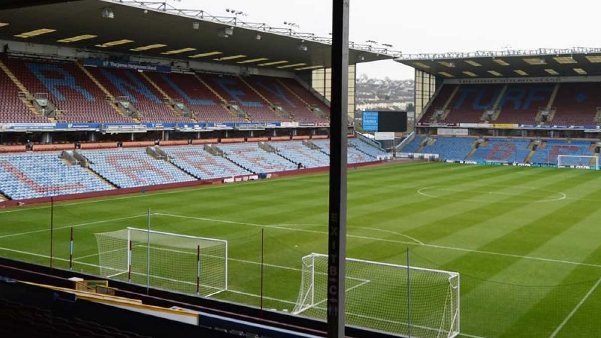 Turf Moor tillhörande Burnley Football Club med läktare. Tar dig till fotbollsresor i Burnley, Lancashire, England