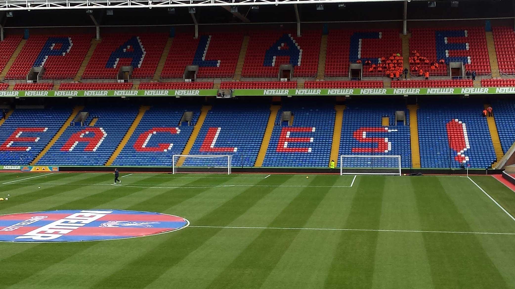 Selhurst Park of Crystal Palace med rödblåa läktare som säger Eagles! Tar dig till alla biljetter och fotbollsresor till Crystal Palace, Premier League i England